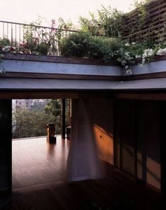 Image 8 of 32 from gallery of House on Pali Hill / Studio Mumbai. Photograph by Helene Binet Interior Garden, Interior And Exterior, Interior Design, Estudio Mumbai, Outdoor Spaces, Indoor Outdoor, Dyi, Casa Patio, House Yard