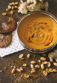 Für Abwechslung in der Suppenschüssel: Afrikanische Erdnusssuppe mit Mini-Bananenkuchen. Das Rezept findest du auf www.offbeat-blossom.de
