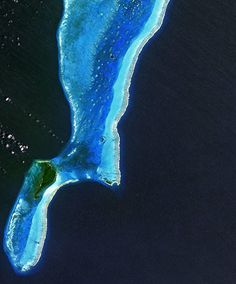 The Lighthouse Atoll in the Belize Barrier Reef. In the upper-central part of the image, an underwater sinkhole known as the Great Blue Hole appears as a dark blue circle. Water later filled the hole and covered the area when the sea level rose at the end of the ice age.  (...) The larger island to the west is Long Caye, and the smaller Half Moon Caye is to the eastPhotograph: ALOS/ESA