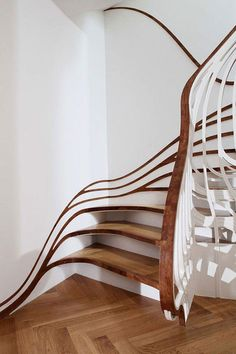 Kreative Holztreppe, welche sich wie die Wurzel eines Baums mit dem Haus verbunden hat.