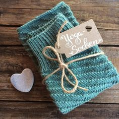 Yoga-Socken - Schachenmayr - glutenfreie Rezepte & kreative Ideen Knitting Socks, Knitting Stitches, Summer Sneakers, Learn How To Knit, Drops Design, Stitch Markers, Christmas Stockings, Reusable Tote Bags, Sewing