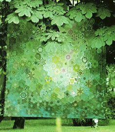 green quilt by elizabethcake. One block wonder with luminosity color graduation Hexagon Patchwork, Hexagon Quilt, Quilting Projects, Quilting Designs, One Block Wonder, Kaleidoscope Quilt, Green Quilt, Textiles, English Paper Piecing