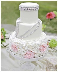 this would would work for a vintage inspired wedding too...i like the bottom layer