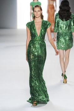 this is SO 1940s!  I love this!!!  Emerald green is my favorite color..sigh