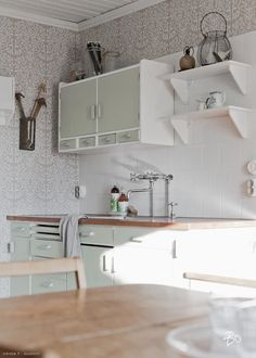 Ideas and inspiration Kitchen Time, Old Kitchen, Kitchen Decor, 50s Style Kitchens, Interior Decorating, Interior Design, Kitchen Styling, Cozy House, Home And Living