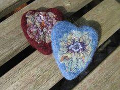 Herzen aus Merinowolle - nassgefilzt mit eingefilzten Stoffstückchen (Nuno)