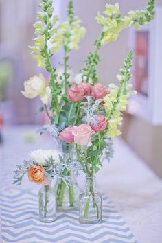 Very light and airy lose floral centerpiece  Photography By / http://freshinlove.com