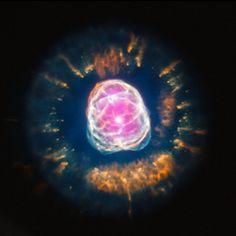 Questa immagine composita di NGC 2392 mostra quello che, probabilmente tra cinque miliardi di anni, potrebbe succedere anche al nostro Sole. NGC 2392 dista circa 4.200 anni luce dalla Terra, è una nebulosa planetaria ma, nonostante il nome, non ha niente a che vedere con un pianeta, si tratta