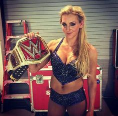 Charlotte celebrates winning the WWE Women's Championship. Wrestling Divas, Women's Wrestling, Female Wrestlers, Wwe Wrestlers, Wwe Women's Championship, Aj Styles Wwe, Charlotte Flair Wwe, Wrestlemania 29, Wwe Women's Division