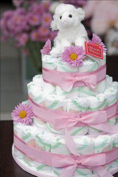 Torta de pañales con detalles de flores naturales. Especialmente preparada para baby shower y nacimientos.