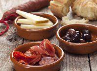 Tapas med skinke, ost, oliven og pesto opskrift