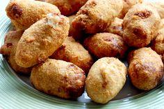 Croquetas de jamón serrano Ingredientes: 300gr de jamón serrano 2 huevos duros 50gr de aceite de oliva 50gr de cebolla 170gr de harina 600gr de leche nuez moscada pimienta sal (cuidado con el jamón) Para acabarlas: 2 huevos pan rallado aceite de oliva para freir Preparación: 1.- Pica el jamón serrano con 5 golpes de …