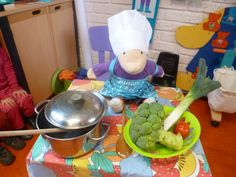 Tafelpoppenspel Met Louwi de brocoli, Geertrui de ui, Renaat de tomaat , Hein de prei Food Themes, Fruits And Vegetables, Restaurant, Drama, School, Food, Creative, Fruits And Veggies, Restaurants
