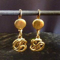 Ces boucles doreille fabriquées en étain sont disponibles en argenté ou en doré. La partie du dessus est martelée avec une finition mat, la partie du