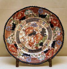 Prato de Porcelana da manufatura Wood e Son, inglês, ornamentado com folhas e flores. Medindo 25cm de diâmetro