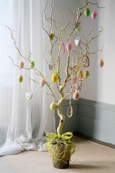 You do not necessarily have to have a real tree for making your Easter special. Use these easy Easter tree decoration ideas to add an extra special touch to your decor. Easter Tree Decorations, Spring Decorations, Easter Decor, Egg Tree, Diy Ostern, Easter Crafts For Kids, Easter Treats, Deco Table, Handmade Home Decor