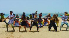 Soleil, danse et bonne humeur: le groupe de jeunes chanteurs vous invite au Sénégal pour chanter et danser au son des djembés. Présenter un lieu.