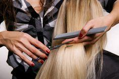 Стрижка горячими ножницами http://sovjen.ru/strizhka-goryachimi-nozhnicami  Термострижка – это относительно молодая процедура, связанная с уходом волос. Впервые эта стрижка появилась в 2003 году в Германии. Если простая стрижка нарушает структуру волоса и после нее волосы чаще всего становятся ломкими, то при стрижке горячими ножницами срез буквально запаивается, при этом сами ножницы остаются холодными, а нагревание происходит только в точке среза. С ...
