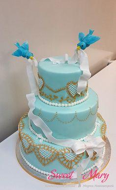 Свадебная классика - голубой торт из 3 ярусов с фигурками птичек. Золотисто-белый декор подчеркивает праздничность события, а ярко-голубые птички просто порхают над тортом!