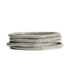 Elastische Armbänder aus Metall.