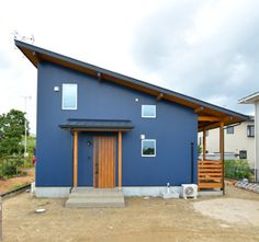 土間&ウッドデッキのある注文住宅LOAFER(ローファー) Garage Doors, Shed, Outdoor Structures, Outdoor Decor, Home Decor, Homemade Home Decor, Backyard Sheds, Sheds, Interior Design