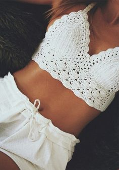 Boho chic white crochet halter bikini top and sexy white shorts for a modern hippie allure. Bohemian fashion trend: Boho chic white crochet halter bikini top and sexy white shorts for a modern hippie allure. Tops A Crochet, Top Crop Tejido En Crochet, Crochet Bra, Crochet Bikini Top, Crochet Clothes, White Crochet Top, Crochet Patterns Free Tops, Crochet Top Outfit, Crochet Bikini Pattern