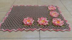 Tapete em crochê feito com Barbante Barroco Multicolor Rosa e Barbante Café com Leite. <br>Pode ser feito em outras cores e tamanhos.
