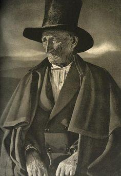 """José Ortiz Echagüe (1886 – 1980)  En fotografía artística, fue quizá el fotógrafo español más popular y uno de los más reconocidos internacionalmente. En 1935 la revista American Photography lo consideró uno de los tres mejores fotógrafos del mundo hasta el momento.    Se le encuadró en la denominada """"fotografía pictórica"""", siendo el mejor representante del llamado pictorialismo fotográfico español."""