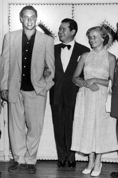 Élise et Jean Béliveau ont vécu ensemble durant 61 ans. Les deux ont commencé à se fréquenter en 1950 à Québec. Ci-contre, ils posent en compagnie du chanteur Carlos Ramirez.