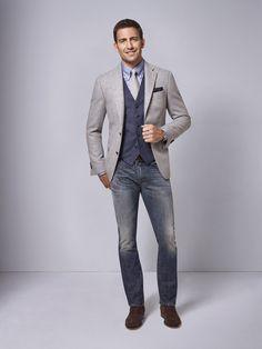 Mit dieser modernen Kombination starten Sie vom Büro in die Freizeit. Sportlich wird der Look nicht nur durch die Jeans, auch das Button-Down-Hemd mit Krawatte setzt gekonnt frische Akzente. Mit Sacco und Weste nach Maß haben Sie im Büro trotzdem einen stilsicheren Auftritt.