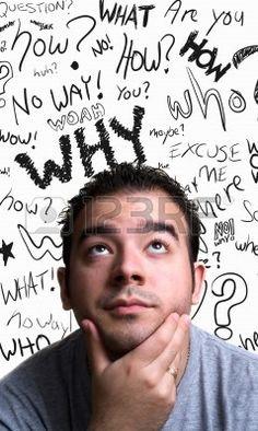 Un hombre joven con su mano en su barbilla parece que él es piensa profundamente acerca de algo. Garabatear palabras pregunta flotando en el fondo.  Foto de archivo