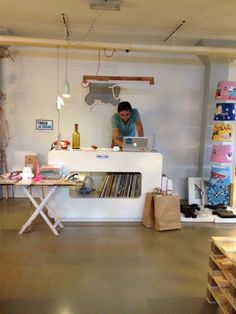 Gimmii Magazine: meet & greet op Gimmii Dutch Design Days bijv met Marc van der Voorn. Op foto zijn Vreemde Vogels kinderlampen en Robin en Clarabella klokken