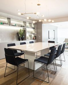 """446 curtidas, 11 comentários - Figueiredo Fischer Arquitetos (@figueiredo_fischer) no Instagram: """"Sala de jantar com estante iluminada que fez toda a diferença #figueiredofischer"""""""