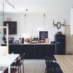 Black Smeg Carreaux blanc métro parisien, sol et plan de travail en chêne blanchi et cuisine en bois foncé