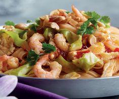 Pad Thai med kyckling, räkor och jordnötter Thai Recipes, Seafood Recipes, Indian Food Recipes, Asian Recipes, Chicken Recipes, Healthy Recipes, Date Dinner, Fish And Seafood, Santa Maria
