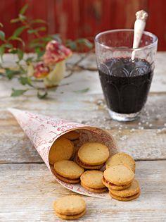 Knusprige Plätzchen mit Marzipan und einer fruchtigen Füllung für die Weihnachtszeit