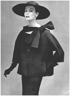 Myrtle Crawford in two-piece suit in black toile by Christian Dior,L'Officiel, 1953 Photo Philippe Pottier Vintage Fashion 1950s, Vintage Dior, Look Vintage, Vintage Mode, Vintage Couture, Retro Fashion, Vintage Hats, Victorian Fashion, 1950 Style