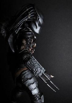Hot Toys Classic Predator with medium softbox to camera right, attached to camera using a cord. Alien Vs Predator, Predator Cosplay, Predator Helmet, Predator Movie, Predator Alien, Predator Tattoo, Science Fiction, Arte Alien, Pulp