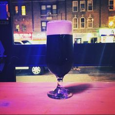 Coffee flavor is so fresh the beans practically crunch (except the stout's creamy as can be) - Stone Americano Stout by Stone Brewing @stonebrewingco at @judyandpunchnyc  #stonebrewing #judyandpunch #americano #craftbeer