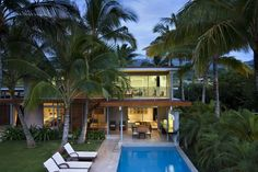 A beautiful tropical home on the Hawaiian island of Maui draws in fresh sea breezes to cool the interior and exterior living spaces, by Bossley Architects. Architecture Résidentielle, Hawaii Homes, Plantation Homes, Tropical Houses, Deco Design, Outdoor Areas, Innovation Design, Interior And Exterior, Swimming Pools