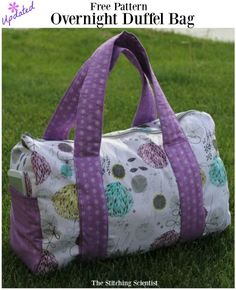 Sew Bag Sac week-end - tuto - Try out this free pattern overnight duffel bag to take on your next overnight trip. Diy Sewing Projects, Sewing Projects For Beginners, Sewing Tutorials, Sewing Tips, Sewing Hacks, Sewing Ideas, Bag Tutorials, Sewing Basics, Sewing Crafts