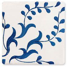 Los #azulejos Mediterranea pueden ser lisos o bien con motivos blancos y azulados que evocan el mar.
