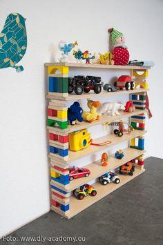 Im Laufe der Zeit sammeln sich bei Kindern unmengen Spielzeugautos und Figürchen an. Meistens landet alles wild durcheinander in einer Spielzeugkiste. Eine schöne Möglichkeit die Spielzeuge geordnet und übersichtlich im Kinderzimmer zu platzieren ist dieses selbstgebaute Regal aus Bausteinen. #kids #spielzeug #diy Mehr Ideen auf roomido.com