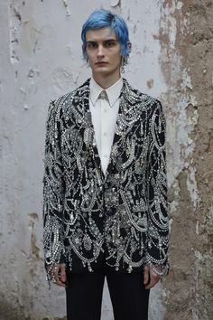 Alexander McQueen Herbst/Winter 2019 Menswear Fashion Shows Fashion Week, Look Fashion, High Fashion, Mens Fashion, Fashion Design, Fashion Trends, Fashion Menswear, Runway Fashion, Smart Menswear