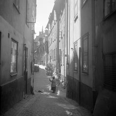 Balloon seller at Prästgatan/Kåkbrinken, Gamla Stan, Stockholm, 1940's.  Photographer: Lennart af Peterséns