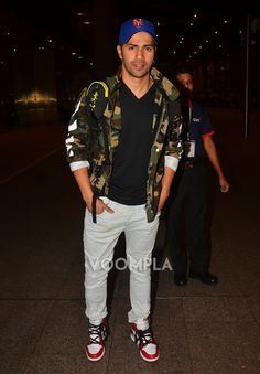Airport spotting! The cool and casual Varun Dhawan. Click here >> Voompla.com