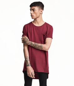 Burgundy. Long T-shirt in hard-washed cotton slub jersey with rolled raw edges and short sleeves with sewn cuffs. Longer at back.
