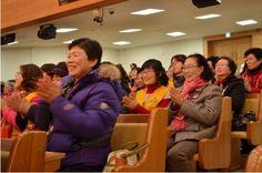 """행사 소식을 듣고 하나님의교회(안상홍증인회)를 찾은 대전보건대학교의 신대택 교수도 """"소외된 이웃들과 더불어 살며 이웃 사랑을 실천하는 모습을 보여주어서 많은 감동을 받았다""""고 말했다."""