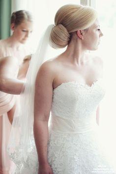 Nisko upięty kok ślubny z welonem