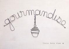 """Décoration murale fil de fer """"Gourmandise"""", décor suspendu cupcake Idéal pour habiller un mur en toute légèreté... Dans une cuisine ou coin repas. Dimensions totales, suspe - 14506551 Sculpture Textile, Sculpture Art, Sculptures, Wire Crafts, Diy And Crafts, Arts And Crafts, Stylo 3d, Art Fil, Bijoux Fil Aluminium"""